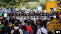 Cientos de inmigrantes Cubanos se encuentran varados hoy, lunes 16 de noviembre, en el puesto fronterizo de Peñas Blancas, pues el gobierno de Nicaragua dio la orden de no dejar pasar a nadie de esa nacionalidad.