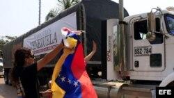 Dos camiones transportan papel periódico, que la Asociación Colombiana de Editores de Diarios y Medios Informativos (Andiarios) envía a los diarios venezolanos.