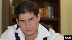 1800 Online con el escritor cubano Adrián Henriquez.
