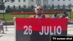Kcho posando en Washington con la bandera 26 de Julio