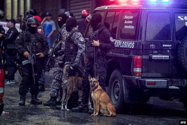 Efectivos de Seguridad custodian y toman evidencias de la explosión en Caracas.
