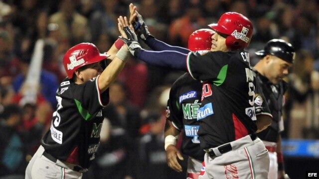 Jugadores de México festejan su anotación contra Puerto Rico, durante su partido de la Serie del Caribe.