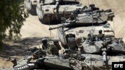 Soldados israelíes circulan en sus tanques por un campo al sur de Israel hacia la Franja de Gaza el 1 de agosto tras la ruptura de la tregua pactada.