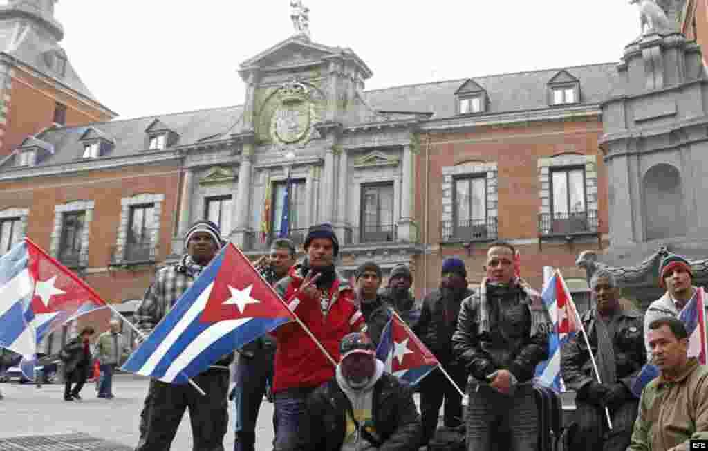 """Expresos cubanos """"acampados"""" ante el Ministerio de Asuntos Exteriores español en Madrid piden una solución a su situación de desamparo, al haberse terminado las ayudas recibidas del Gobierno español."""