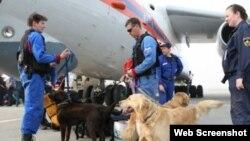 Archivo - Socorristas rusos del Ministerio de Emergencia