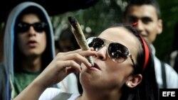 Fumadora de marihuana.