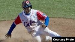 Veloz: Rusney Castillo se desliza en la almohadilla durante los XVI Juegos Panamericanos en México 2011.