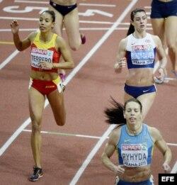 Indira Terrero, de España (i); Seren Bundy-Davies (d); de Gran Bretaña; y Nataliya Pyhyda, de Ucrania, en la competencia de 400 metros planos.
