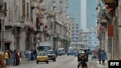 HAB13 - LA HABANA (CUBA), 15/11/06.- Vista del viejo y populoso barrio de Centro Habana con un moderno hotel al fondo. San Cristóbal de La Habana, nombre originario de la ciudad, fundada por órdenes del conquistador Diego Velázquez y asentada en el Puerto