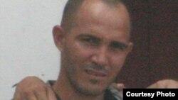 Activistas Yosbel Sebila y Ermis Carbonell, uno en prisión y otro herido por paliza de la policía política