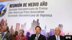 El presidente panameño, Juan Carlos Varela (c-d), junto al presidente de la SIP, Gustavo Mohme (d), la expresidenta de la SIP Elizabeth Ballantine (c-i) y al segundo vicepresidente de la SIP, Juan Luis Correa (i), durante la reunión de medio año de la SIP.