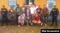 Grupo de cubanos retenidos en la frontera de Honduras con Guatemala, octubre 3 de 2014.