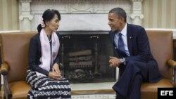 La líder opositora birmana Aung San Suu Kyi, se reúne con el presidente estadounidense, Barack Obama, en la Oficina Oval de la Casa Blanca