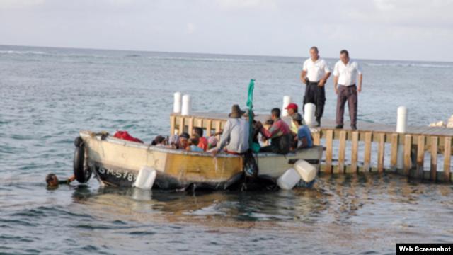 Grupo de cubanos llegan a Caimán Brac en viaje hacia Honduras.