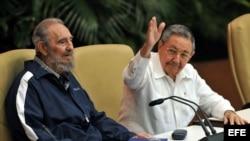 Fidel Castro junto a su hermano Raúl en La Habana, en abril de 2011. (Archivo)