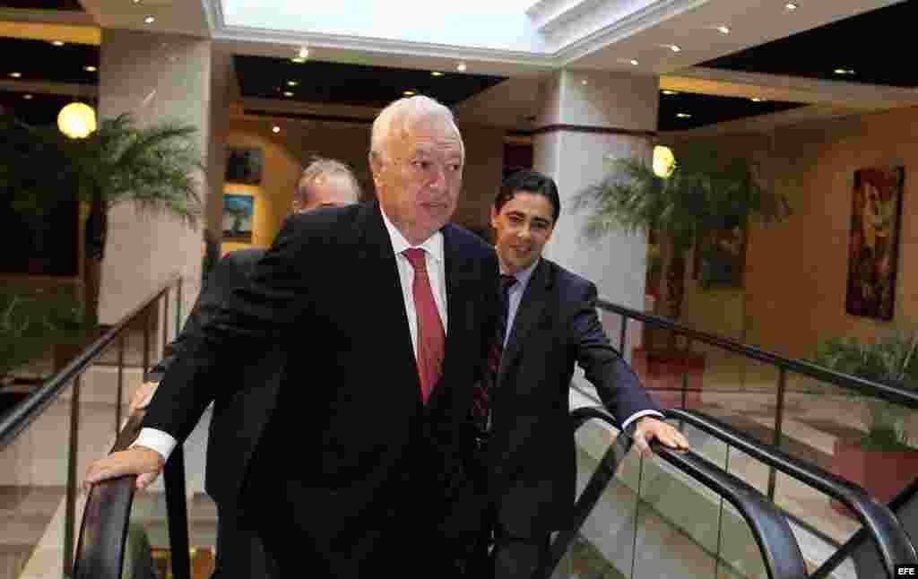 El ministro de Asuntos Exteriores de España, José Manuel García-Margallo (i), asiste hoy, lunes 24 de noviembre de 2014, a una reunión con miembros de la Asociación de Empresarios Españoles en Cuba (AEEC).