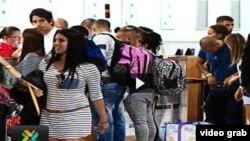 Cubanos chequean equipajes antes de tomar vuelos para salir de Costa Rica (Teletica)