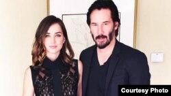 Ana de Armas posa junto a Keanu Reeves tras una conferencia de prensa. / Foto tomada del Instagram de la actriz.