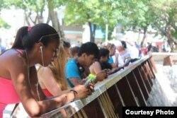 Usuarios de Wi-Fi en un céntrico parque habanero (M.Díaz Mons)