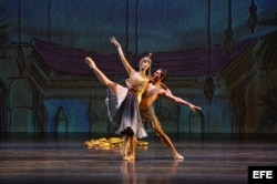 Yamina Méndez (i), una de las bailarinas cubanas en su presentación con el Ballet Clásico Cubano