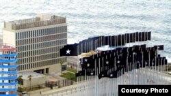 Vista de la entonces Sección de Intereses de EE.UU. en la Habana, bloqueada por banderas plantadas por el gobierno cubano.