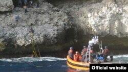 Guardia Costera rescata balseros en la costa de Isla Mona. Archivo.