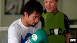 El boxeador filipino Manny Pacquiao (i).