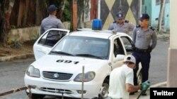 Vigilancia policial frente a sede de Damas de Blanco. (Foto: Angel Moya)
