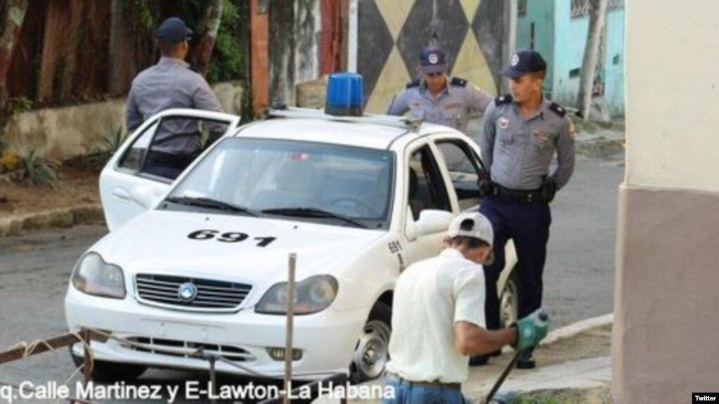 Vigilancia policial contra las Damas de Blanco (Foto: Angel Moya).