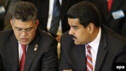 El presidente venezolano Nicolás Maduro junto a uno de los sancionados, el jefe de la Comisión Presidencial para la Constituyente y exvicepresidente de Venezuela, Elías Jaua.