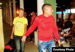 Cubanos detenidos en Guayaramerín, Bolivia abandonan esposados y con sus equipajes el alojamiento donde se encontraban (Opinión)