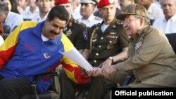 Raúl Castro y NIcolás Maduro en Santiago de Cuba durante el aniversario 60 del asalto al cuartel Moncada.