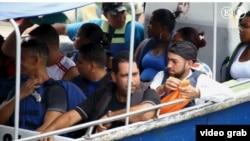 MIgrantes cubanos se aprestan a cruzar el Golfo de Urabá de Turbo hacia Capurganá (Chocó), antesala de la selva de Darién.