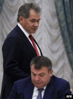 Foto de archivo donde aparece Serguéi Shoigú mientras pasa detrás del depuesto ministro de Defensa, Anatoli Serdiukov.