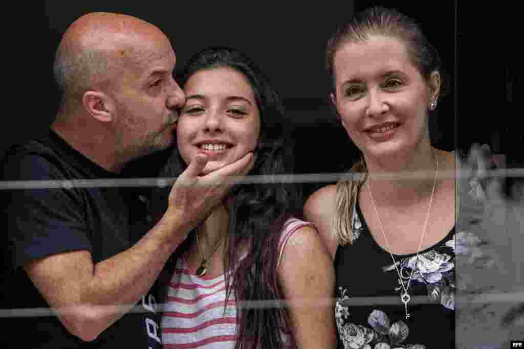 Ivan Simonovis con su hija y esposa.