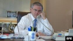 SHM200 - WASHINGTON DC (EEUU), 09/02/07.- El senador demócrata Robert Menéndez trabaja hoy, viernes 9 de febrero, en su despacho del Capitolio, en Washington DC, EEUU. EFE/Eddie Arrossi