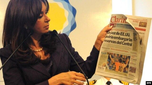 La presidenta argentina, Cristina Fernández, muestra una edición del periódico Clarín.