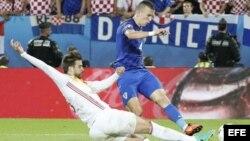 Ivan Perísic (d), anota el segundo gol de Croacia.