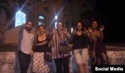 De izq a der. el director teatral Adonis Milán, la actriz Iris Ruiz, la artista Tania Bruguera, Yania Suárez y Yanelis Núñez.