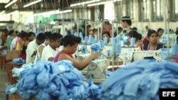 Trabajadores latinoamericanos de la industria textil.