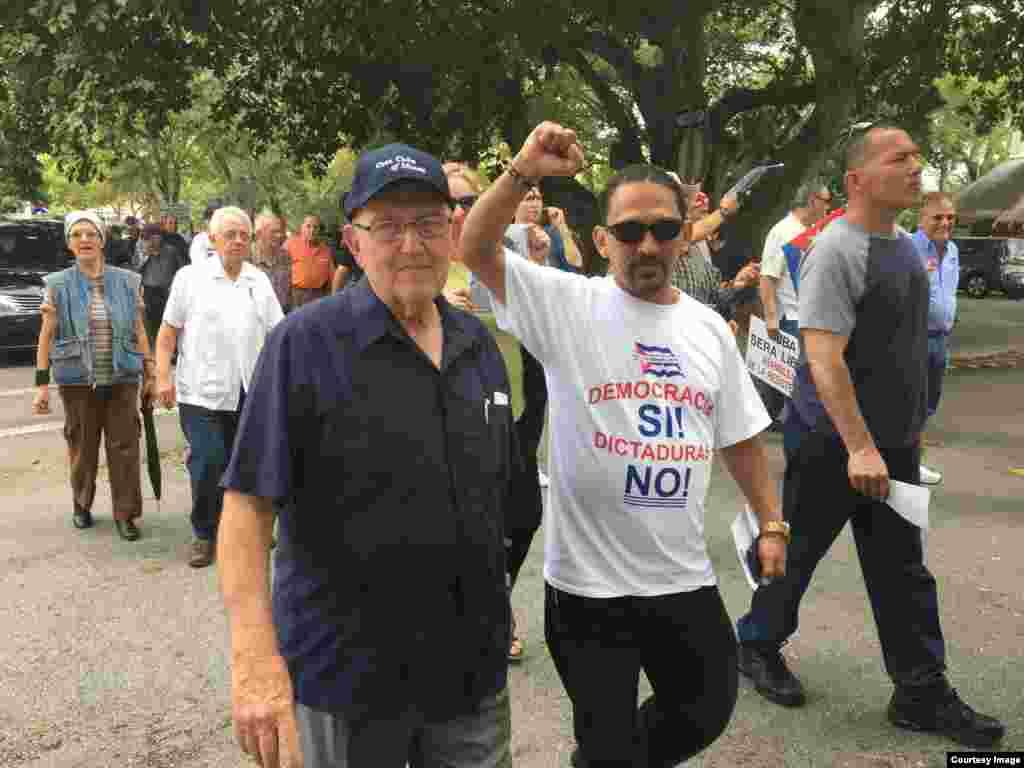 Manifestantes cubanos de la Isla y el exilio en la Marcha.