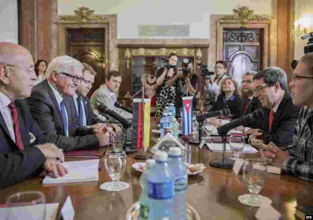 El ministro de Exteriores cubano, Bruno Rodríguez Parrilla (2d), conversa con su homólogo alemán, Frank-Walter Steinmeier (2i), durante su reunión en La Habana.