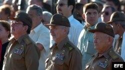 Raúl Castro y los comandantes Ramiro Valdés y Guillermo García (i-d). Archivo.