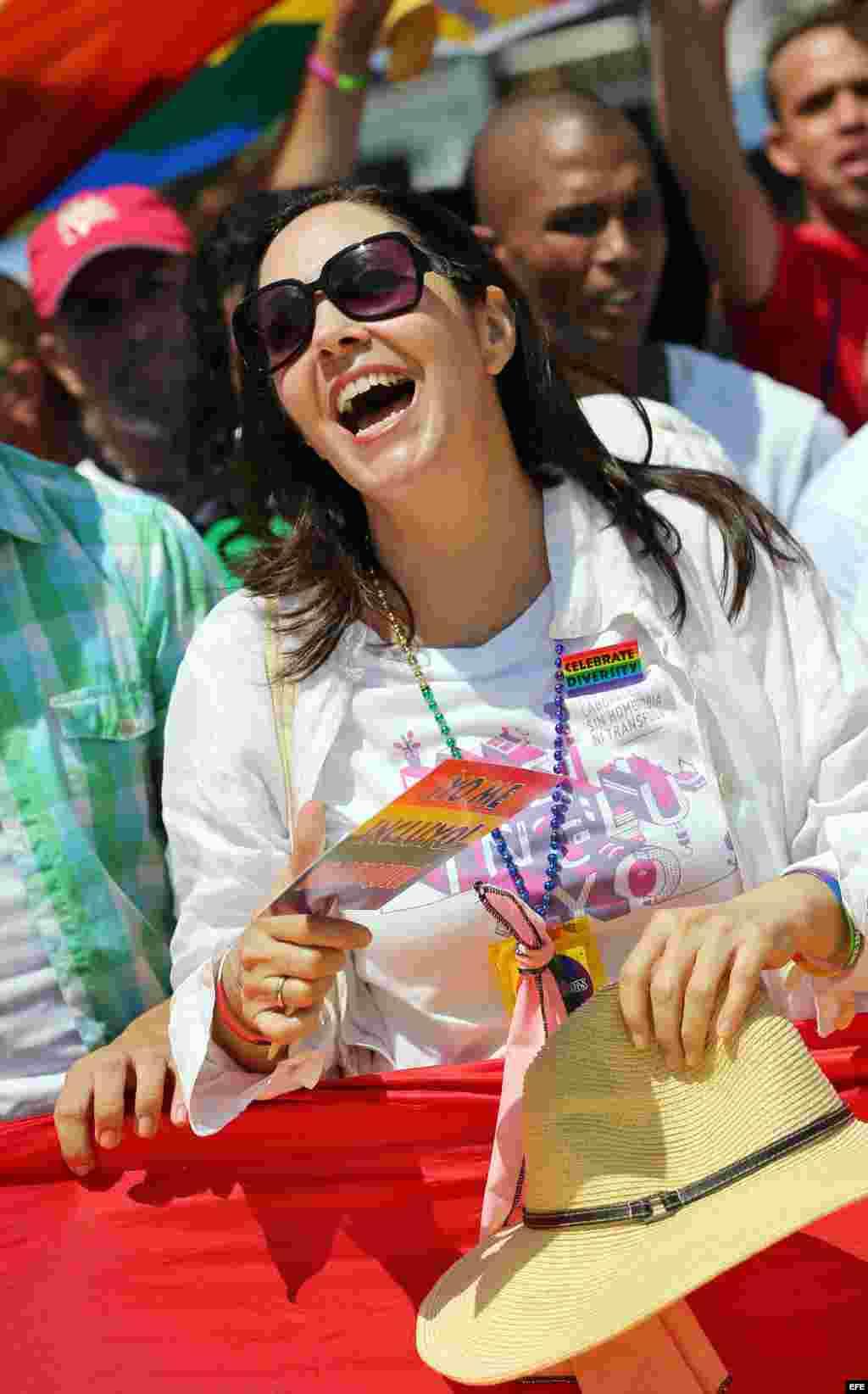 Mariela Castro, directora del Centro Nacional de Educación Sexual (Cenesex), e hija del presidente cubano Raúl Castro, encabeza una conga por los derechos LGTBI.