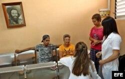 Familiares de Emiley Sánchez en el hospital Calixto García de La Habana (Cuba).