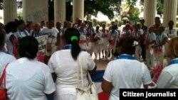 Domingo 18 de Octubre Damas de Blanco y activistas en Parque Gandhi Reporta Cuba Foto Angel Moya.