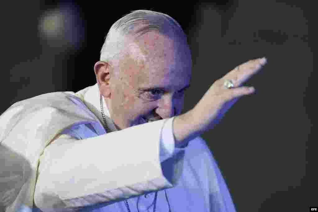El papa Francisco saluda a los mexicanos congregados en el Aeropuerto Internacional de Ciudad de México.