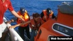 Los 12 cubanos quedaron a la deriva en aguas mexicanas hasta que fueron rescatados por el buque Northern Explorer. (Foto: Semar)