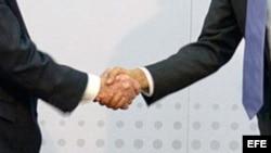 El presidente de EEUU Barack Obama y el gobernante cubano Raúl Castro.