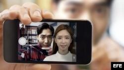 """""""With me"""" permite interactuar en la cámara del móvil con el avatar de un futbolista o actriz famosa."""